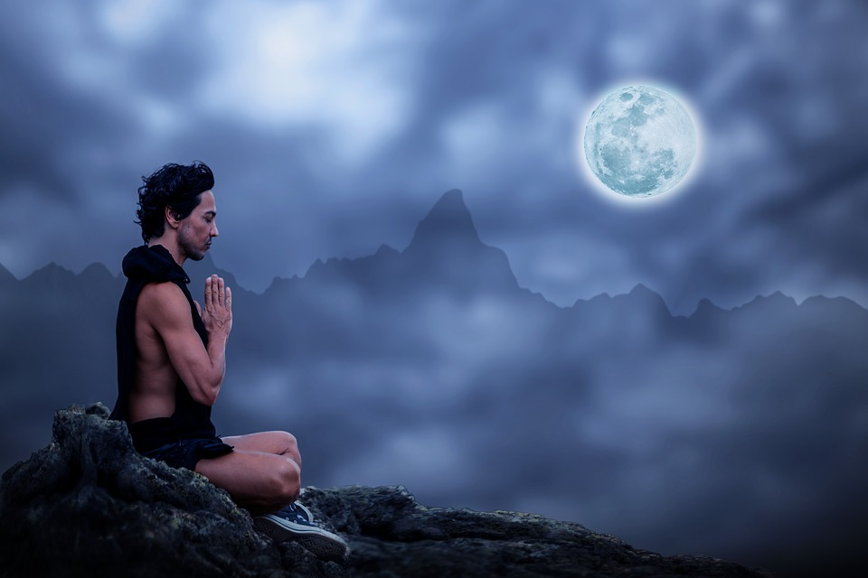 Imagen hombre meditando