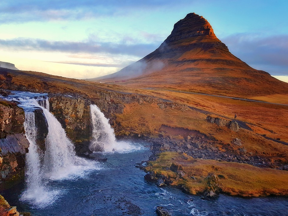 Kirkjufell y Kirkjufellsfoss. Islandia