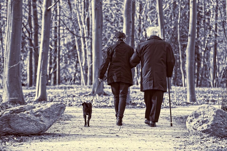 Paseando personas mayores