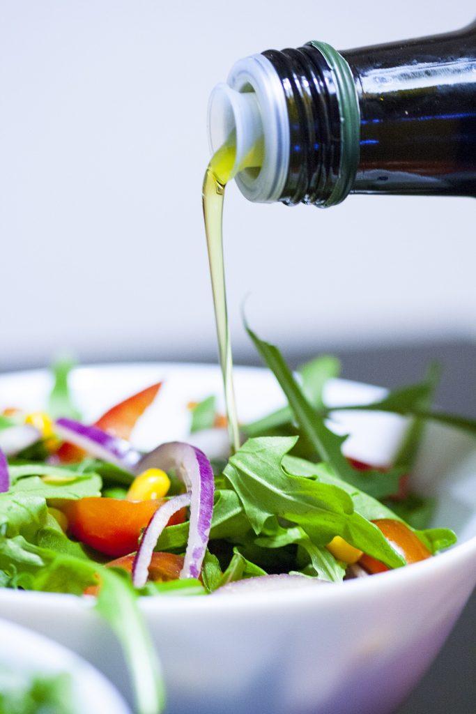 Aceite de oliva virgen extra en ensalada